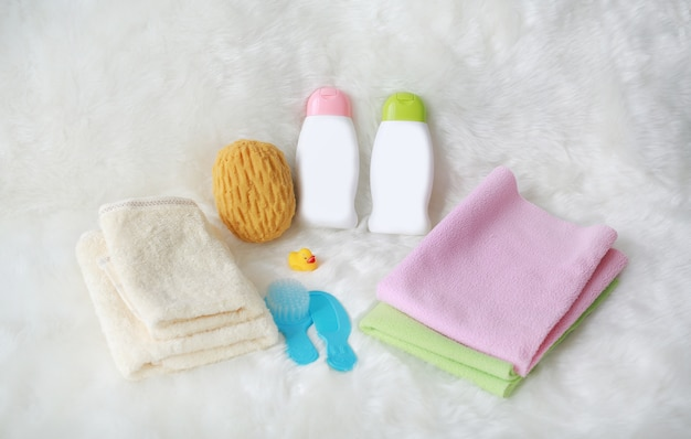 Produits de bain pour enfants et articles d'hygiène en blanc