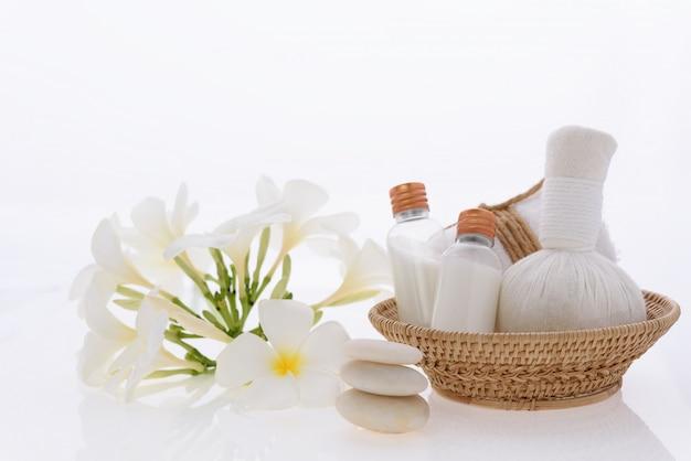 Produits de bain et soins de la peau avec fleur de spa plumeria sur blanc