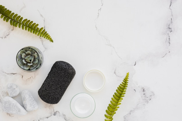 Produits de bain vue de dessus sur fond de marbre avec espace de copie