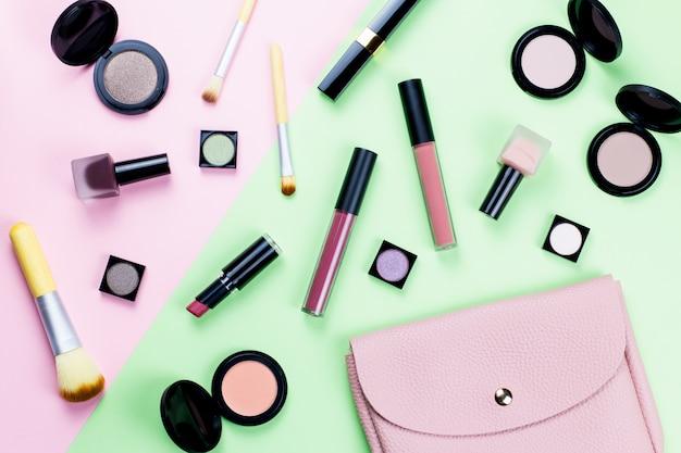 Produits de beauté et accessoires de mode à plat sur une table pastel