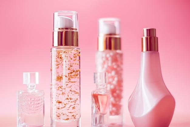Produits de beauté et cosmétiques sur fond rose