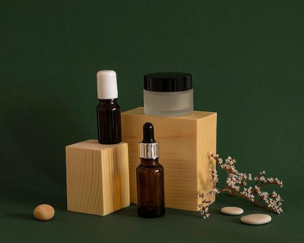 Produits de beauté modernes dans l'assortiment de récipients