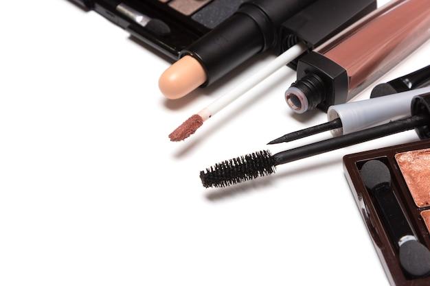 Produits de beauté pour le maquillage de jour naturel sur blanc avec espace de copie. gros plan, mise au point sélective