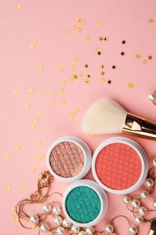 Produits de beauté sur une table rose, cosmétiques et bijoux