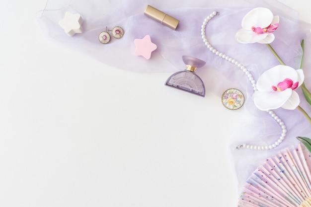 Produits de beauté, vue de dessus des cosmétiques décoratifs sur fond blanc