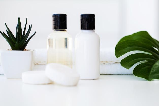 Produits de bien-être et cosmétiques. spa nature morte aux fleurs de rose et aux huiles essentielles