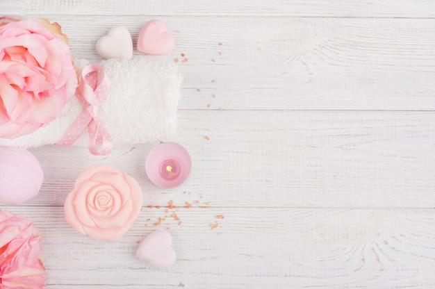 Produits biologiques spa avec roses, sel de bain
