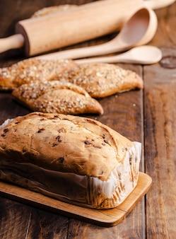 Produits de boulangerie à angle élevé avec des ustensiles de cuisine