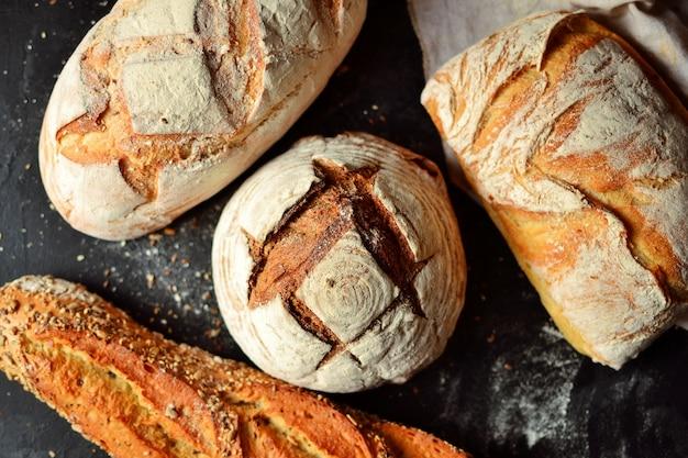 Produits de boulangerie. croustillant, beau pain sur fond noir. vue de dessus