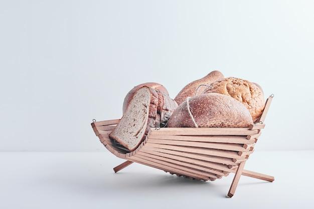 Produits de boulangerie dans un panier décoratif.