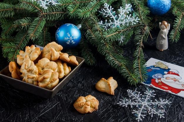 Produits de boulangerie festifs. pâtisseries et thé de noël