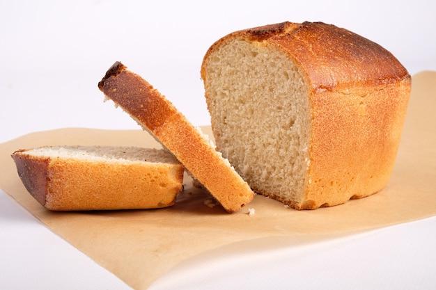 Produits de boulangerie, pain de blé fraîchement cuit, pain de mie sur papier parchemin isolé