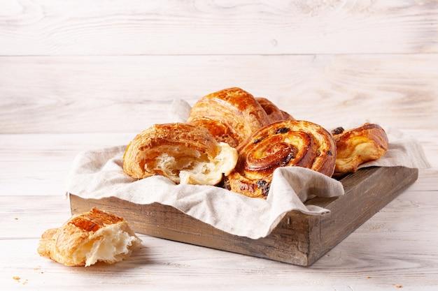 Les produits de boulangerie à pâte levée sont sur la table