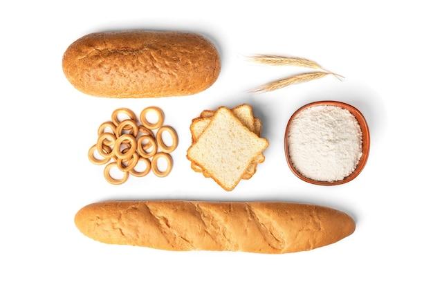 Produits de boulangerie et pâtes isolés.