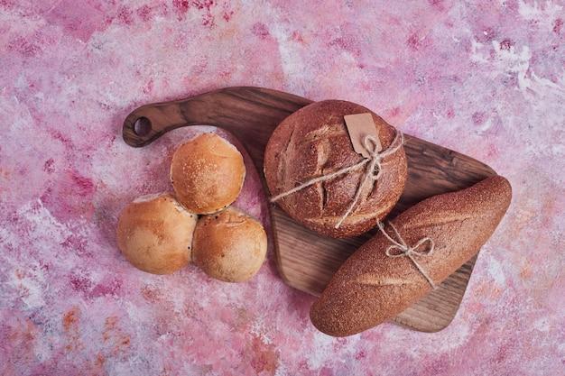 Produits de boulangerie sur une planche de bois.