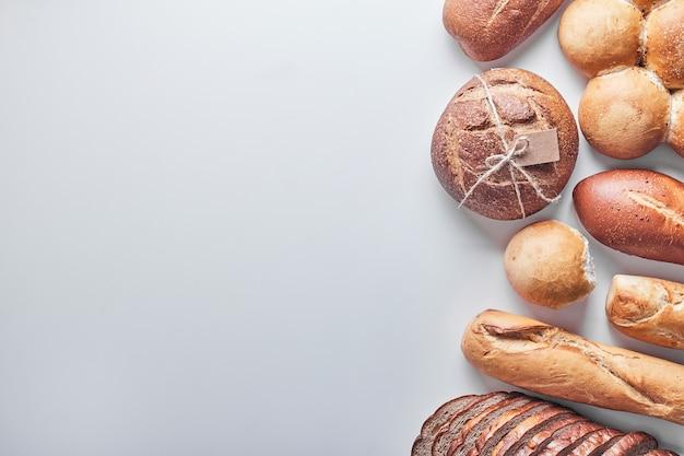 Produits de boulangerie sur tableau blanc.