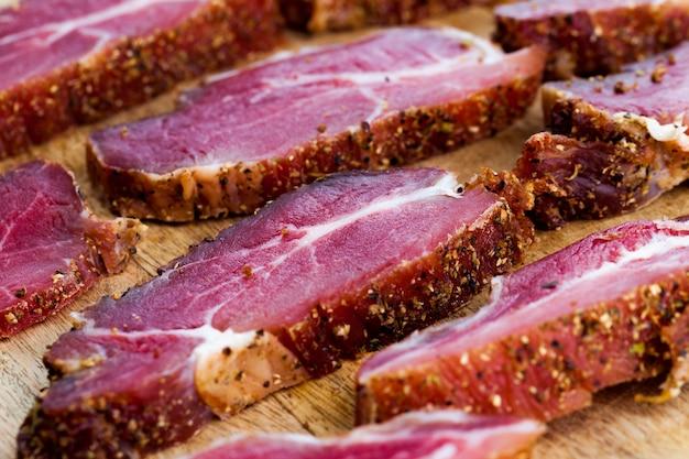 Produits carnés frais à base de porc, viandes marinées aux épices et sel