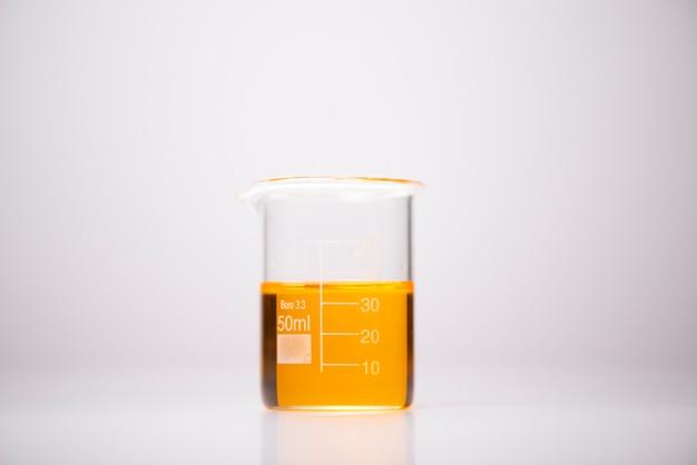 Produits chimiques dans des récipients en verre dans des laboratoires