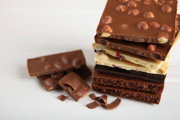 Produits chocolatés de différents types sur une surface colorée en gros plan avec une place pour le texte