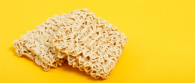 Produits contenant des nouilles instantanées à base de farine de blé riche en protéines