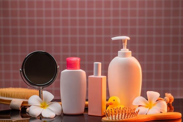 Produits cosmétiques, accessoires de salle de bain dans la salle de bain. peigne, canard jaune en caoutchouc, miroir