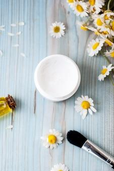 Produits cosmétiques à base de plantes faits maison avec camomille, huiles essentielles, crème pour le visage