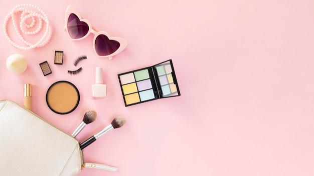 Produits cosmétiques de beauté à plat avec espace copie