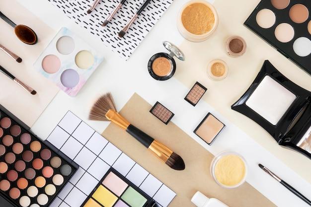 Produits cosmétiques de beauté à plat