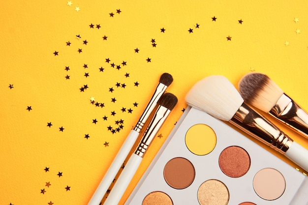 Produits cosmétiques de beauté sur un tableau jaune