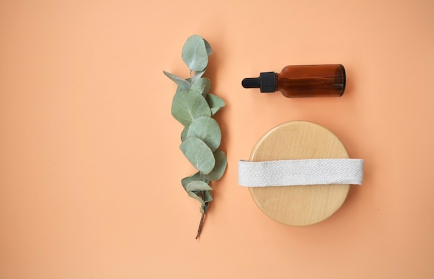 Produits cosmétiques bio naturels pour spa, accessoires de salle de bain écologiques, feuilles d'eucalyptus. fond de spa. concept de soins de la peau sur fond blanc. mise à plat. vue de dessus.