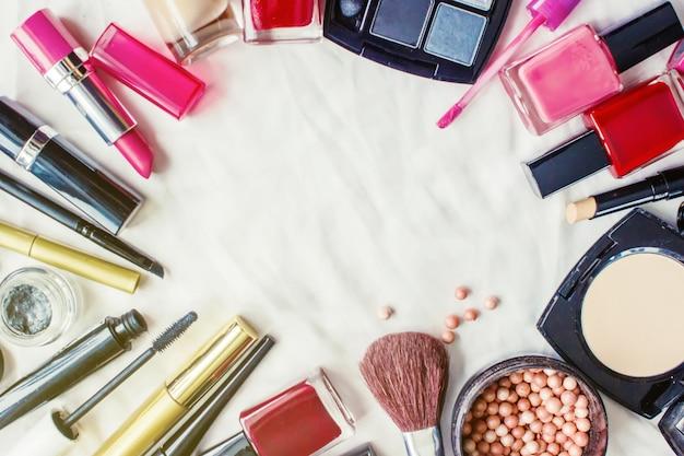 Produits cosmétiques décoratifs sur fond blanc. mise au point sélective.