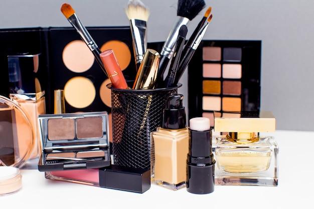 Produits cosmétiques décoratifs sur fond gris