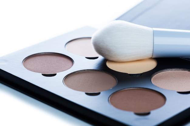 Produits cosmétiques décoratifs isolés sur fond blanc. fournitures de maquillage