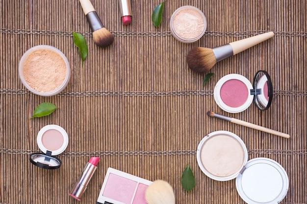 Produits cosmétiques disposés en forme circulaire sur fond en bois