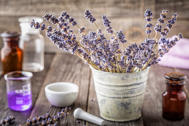 Produits cosmétiques faits maison avec des fleurs de lavande