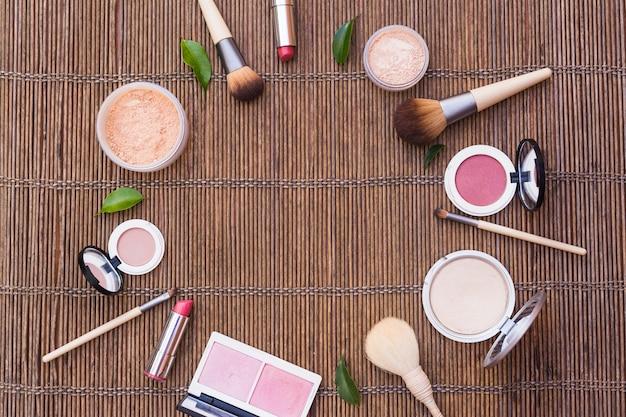 Produits cosmétiques formant cadre circulaire sur napperon
