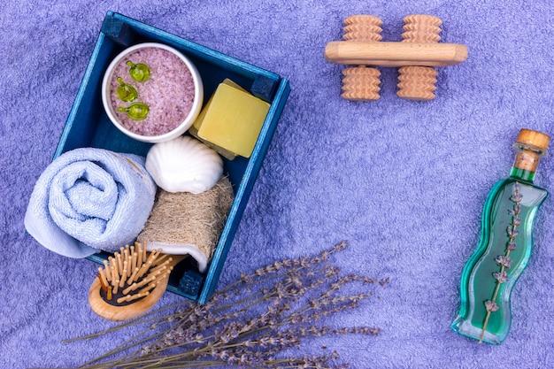 Produits cosmétiques naturels à base de plantes avec extrait de lavande - savon, sel, serviette, brosse de massage, débarbouillette