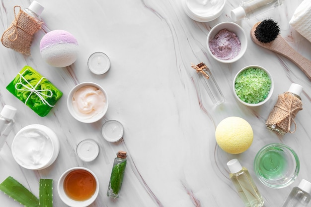 Produits cosmétiques naturels sur table