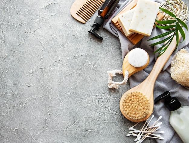 Produits cosmétiques naturels zéro déchet sur béton.