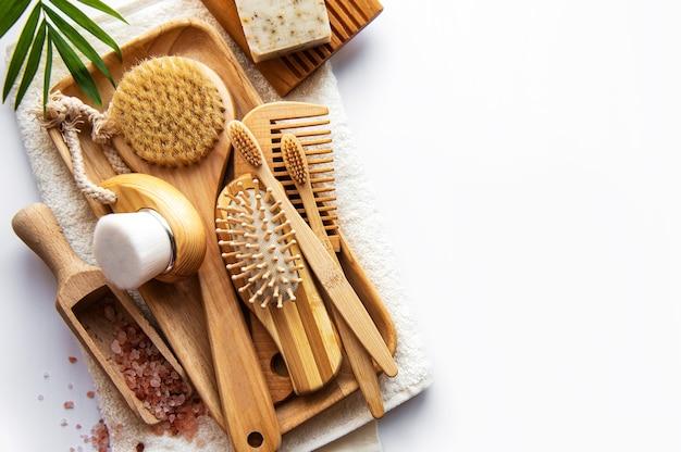 Produits cosmétiques naturels zéro déchet sur blanc. mise à plat.