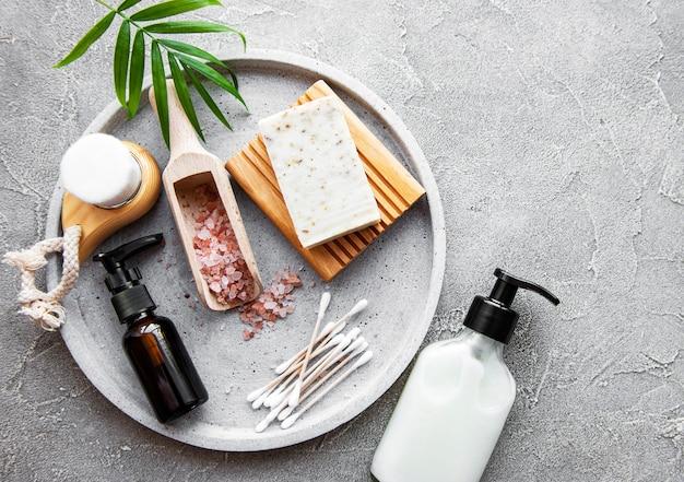 Produits cosmétiques naturels zéro déchet sur fond de béton. mise à plat.