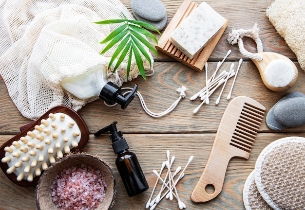 Produits cosmétiques naturels zéro déchet sur fond en bois. mise à plat.