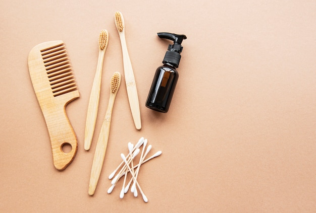 Produits cosmétiques naturels zéro déchet sur fond marron. mise à plat.