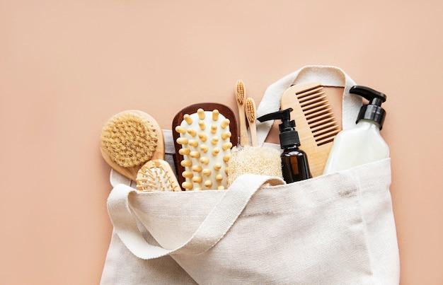 Produits cosmétiques naturels zéro déchet sur marron. mise à plat.