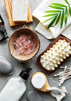 Produits cosmétiques naturels zéro déchet sur table en béton. mise à plat.