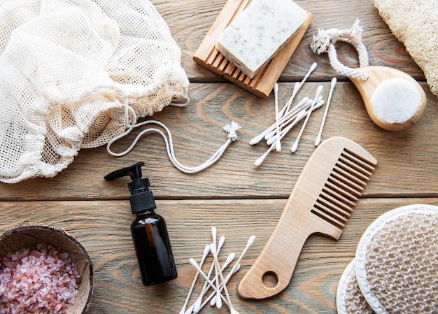 Produits cosmétiques naturels zéro déchet sur table en bois. mise à plat.