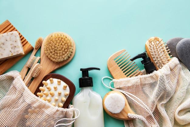 Produits cosmétiques naturels zéro déchet sur vert pastel