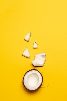 Produits cosmétiques à la noix de coco. plat poser, vue de dessus, carré