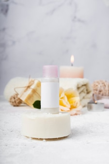 Produits cosmétiques parfumés spa vue de face