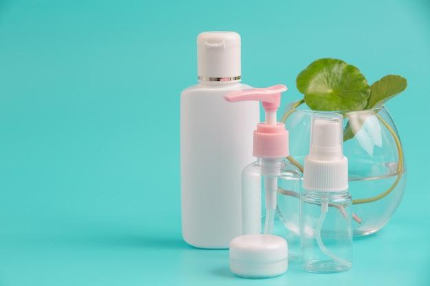 Produits cosmétiques pour femmes placés sur un bleu.
